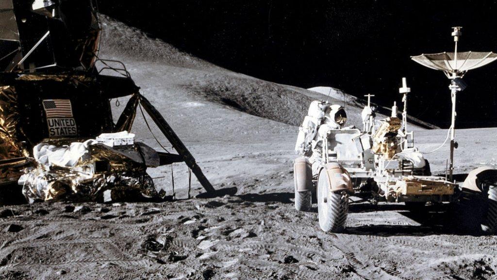 Astronaut James B. Irwin aan het werk tijdens een van de Apollo-missies.
