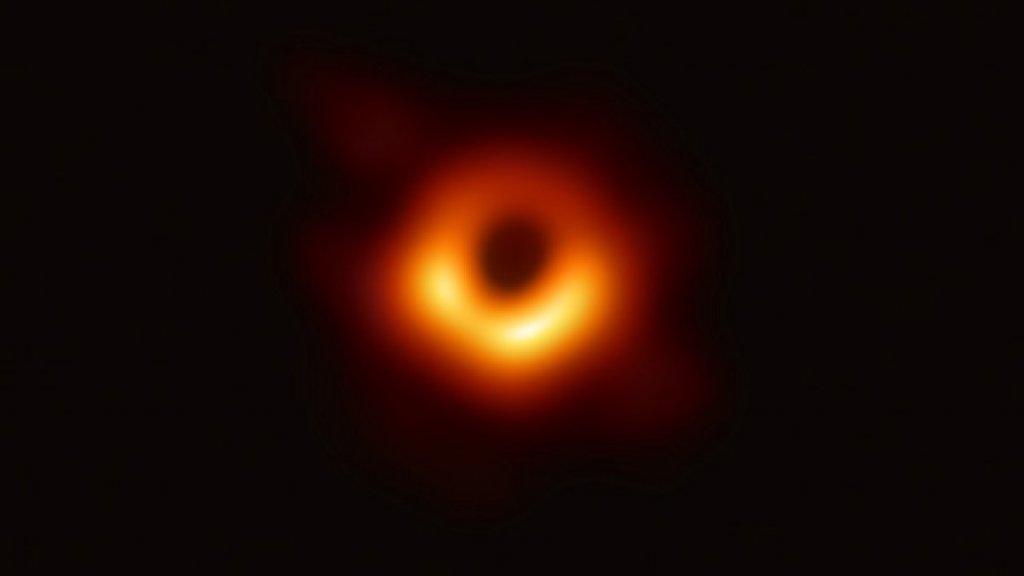 De allereerste foto van een zwart gat.