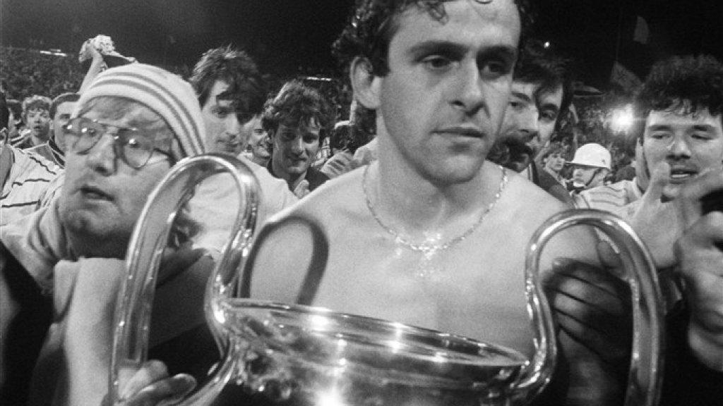 Juventus-speler Michel Platini heeft na de finale van 1985 de cup in handen, maar lijkt geschokt en vol verdriet.