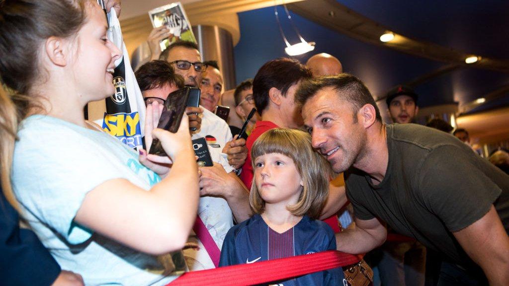 Del Piero (r) met fans afgelopen jaar.