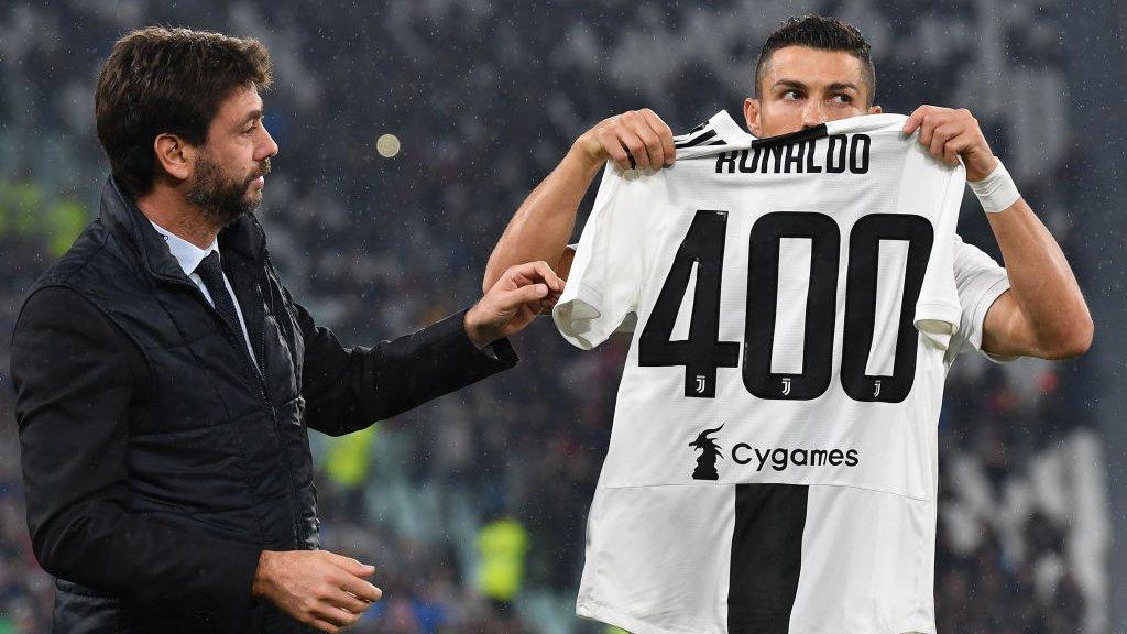 Agnelli en Ronaldo bij de viering van het feit dat de Portugees 400 keer scoorde in een Europese competitie (november 2018).