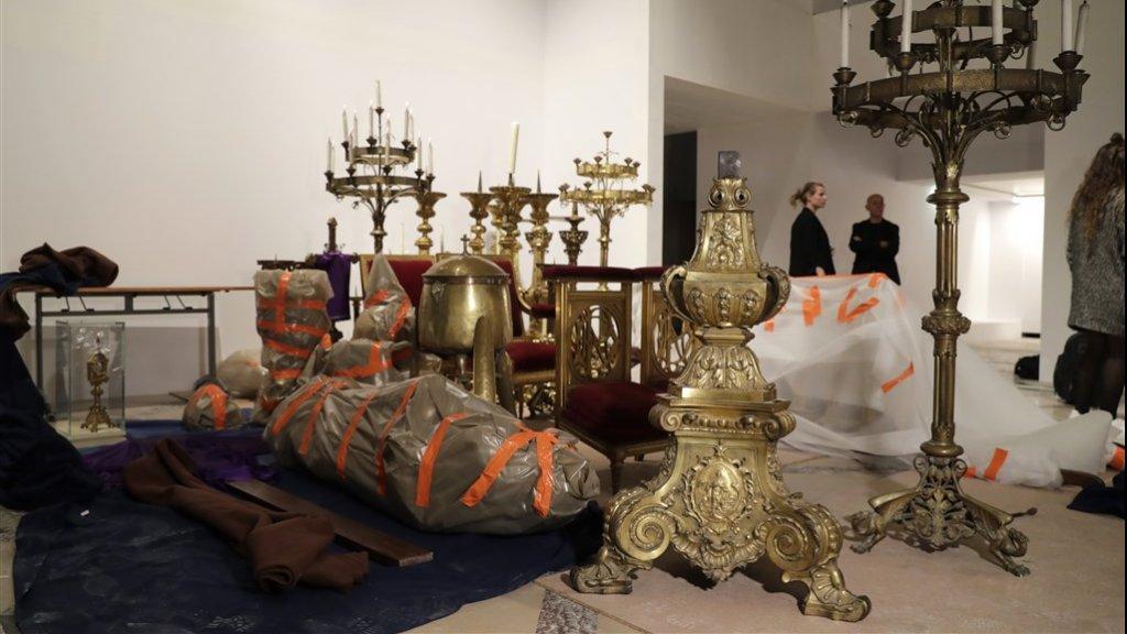 Brandweermannen haalden nog meer waardevolle objecten uit de Notre-Dame. Ze liggen uitgestald in Hotel de Ville.