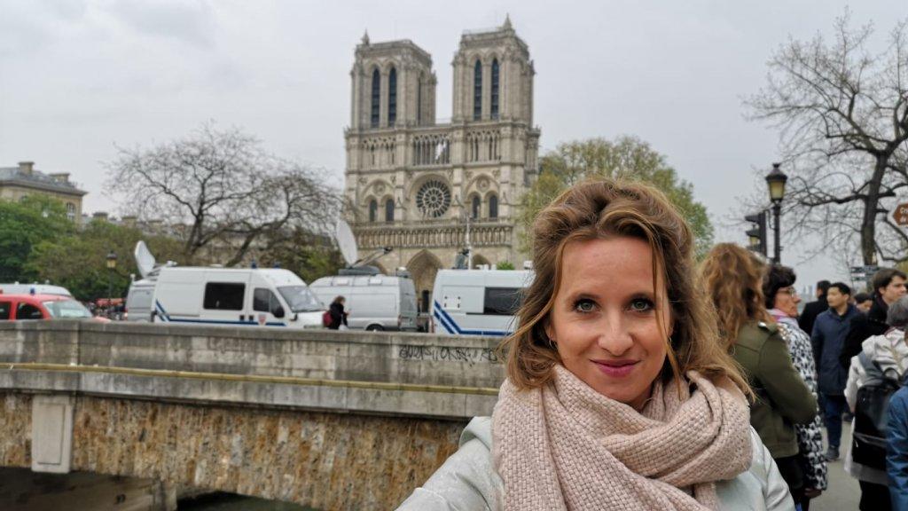 Yvonne America vanochtend bij de Notre-Dame.