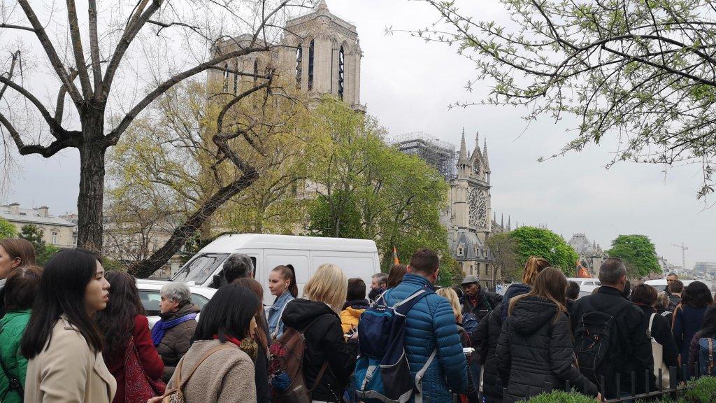 Drukte bij de Notre-Dame op de dag na de brand.
