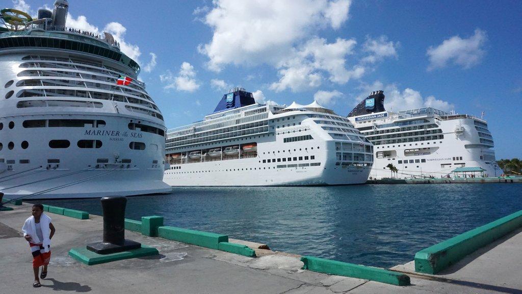 De Norwegian Jade (rechts) in de haven van Nassau, de Bahama's