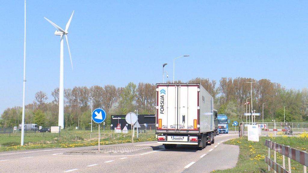 Een truck op het industrieterrein.