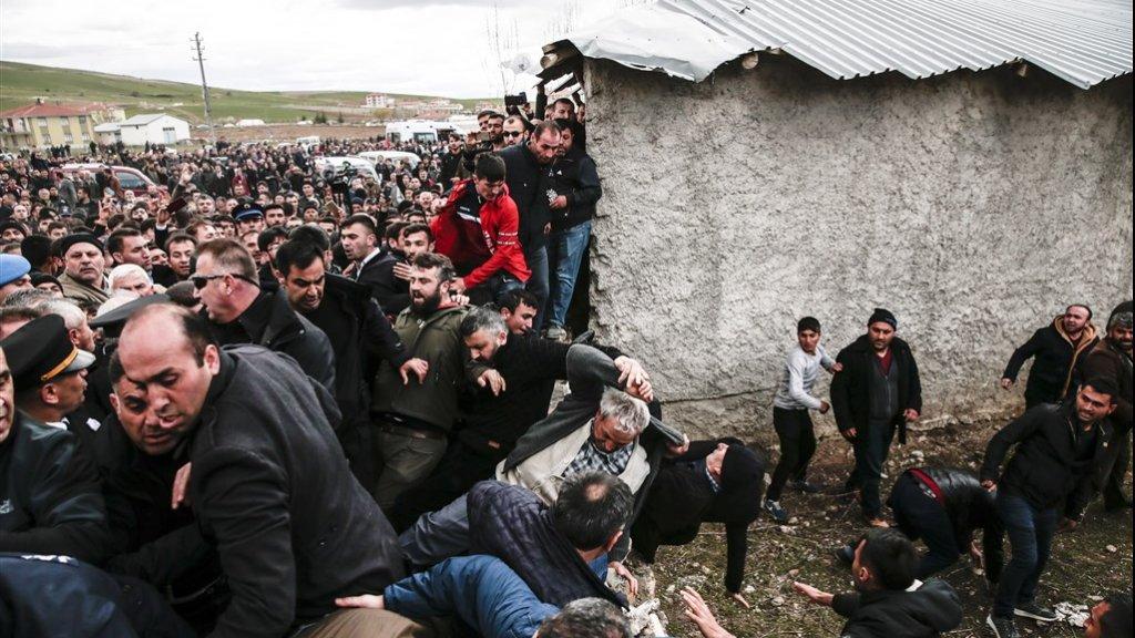 De woedende menigte probeert Kılıçdaroglu te bereiken