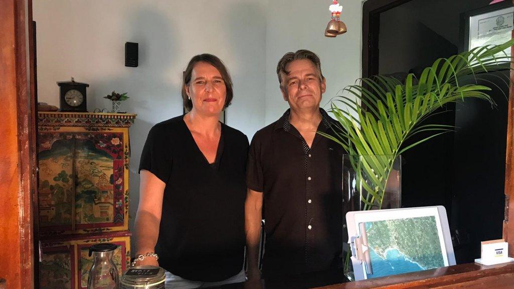 Johanna van Kesteren en Peter Spaans in hun hotel op Sri Lanka.
