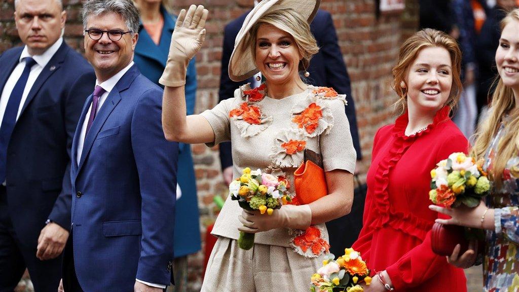 De koningin en de prinsessen geven Amersfoort hun glimlach.