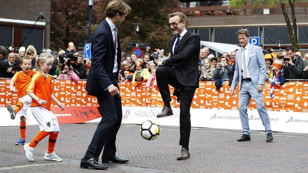 Prins Floris (L) en prins Bernhard trappen een balletje.