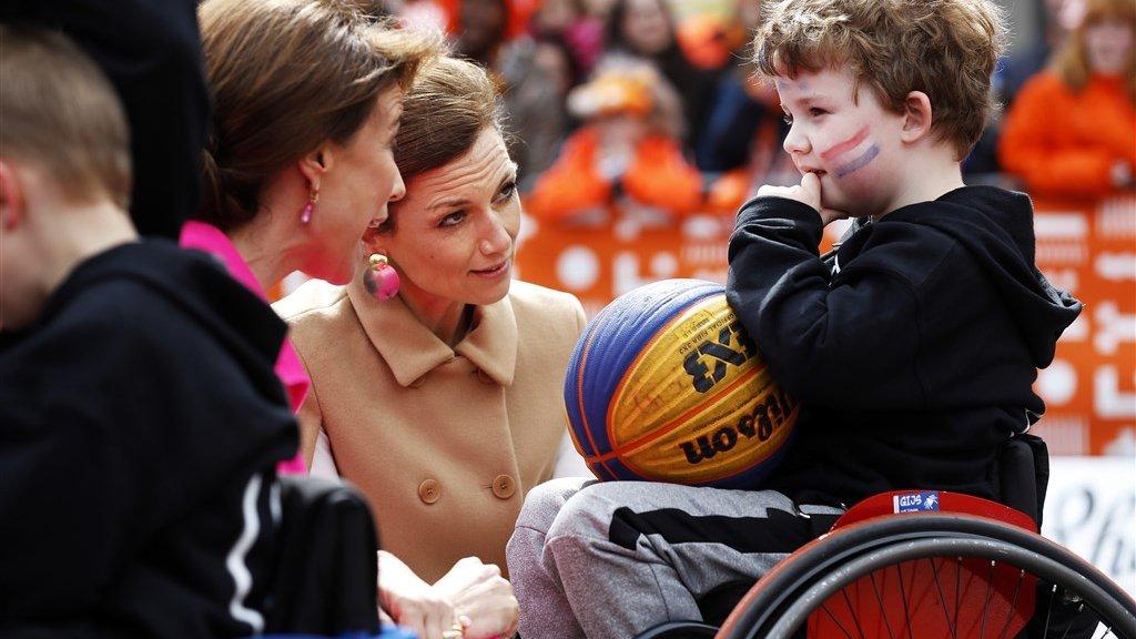 Prinses Marilene en prinses Aimee willen alles weten van rolstoelvoetbal.