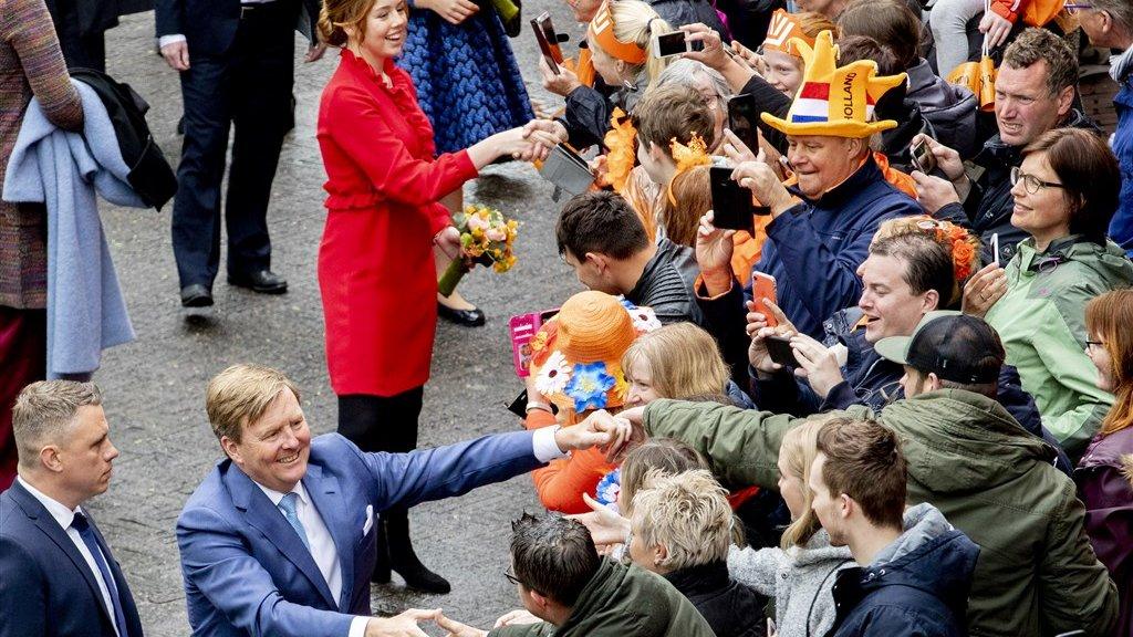 Prinses Alexia en koning Willem-Alexander kunnen wel handjes blijven geven.
