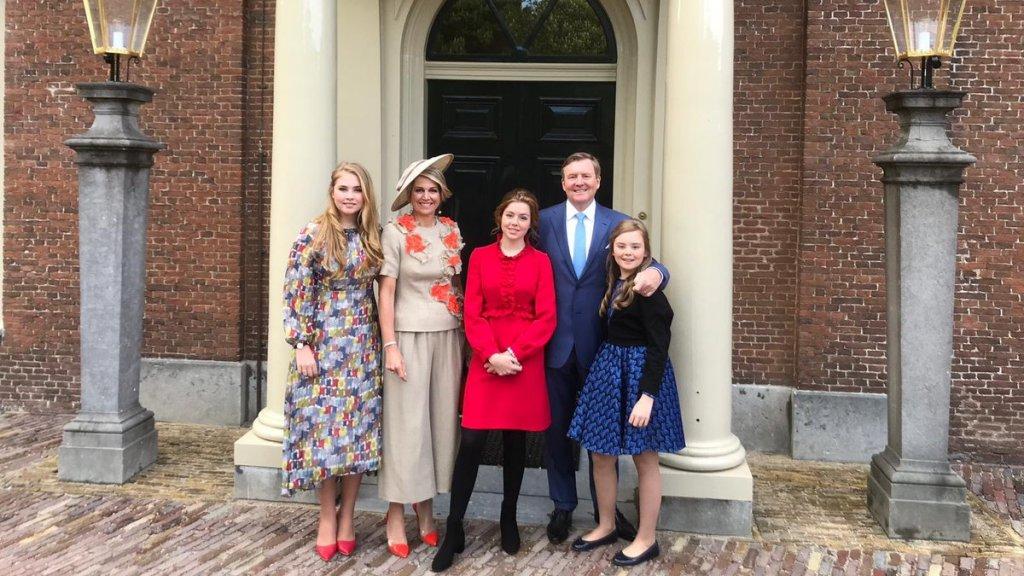 De koninklijke familie klaar voor vertrek naar Amersfoort.