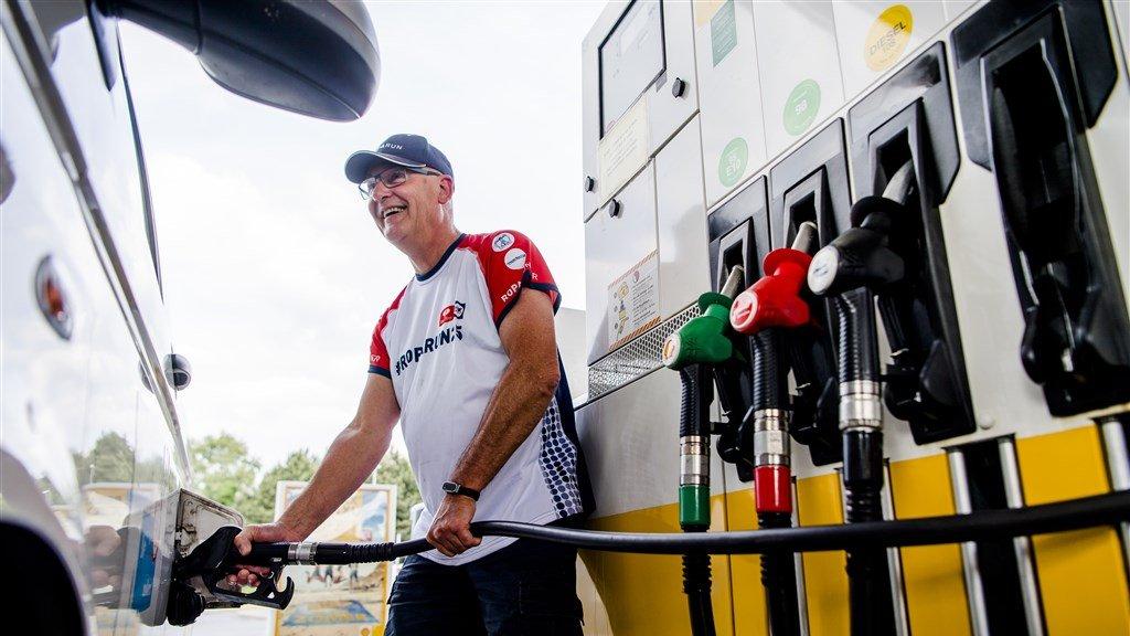 Lachend tanken zoals hier in België in 2017 is in Nederland al een tijdje best wel lastig.