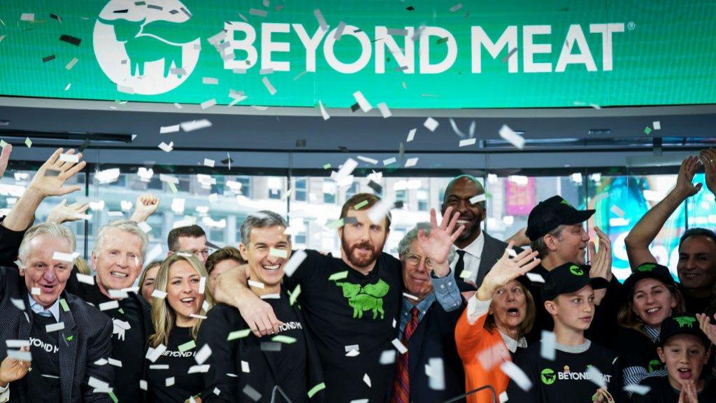 Beyond Meat-CEO Ethan Brown viert feest met zijn team, tijdens de beursgang aan de Nasdaq.