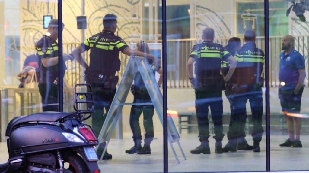 De politie kwam met meerdere eenheden naar het zwembad.