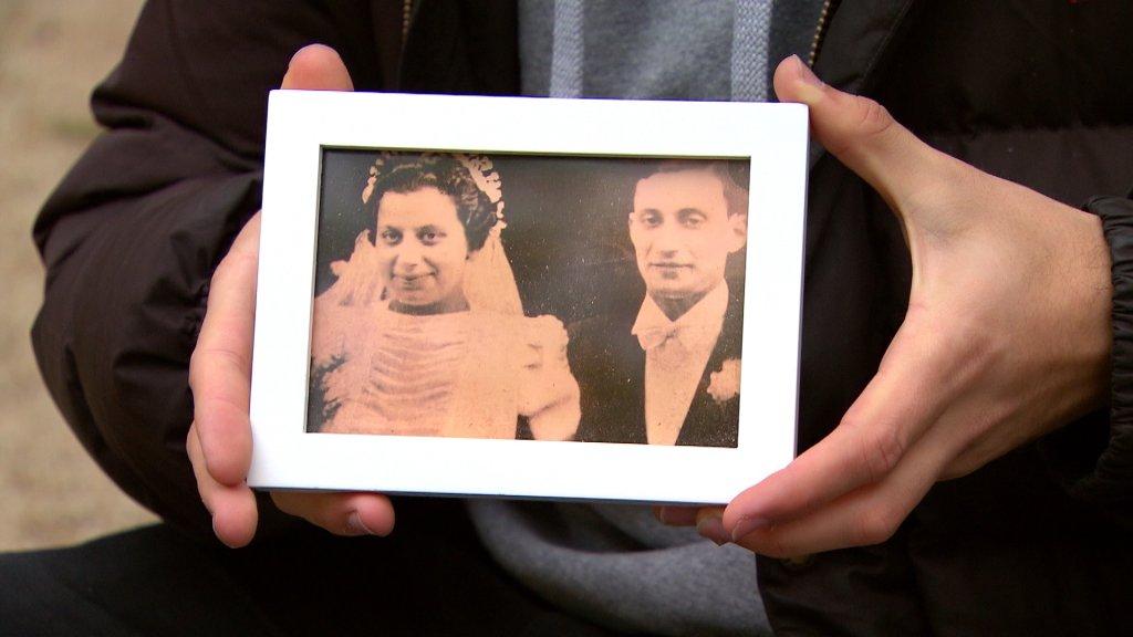 Yaniv houdt de foto van zijn vermoorde overgrootouders vast.