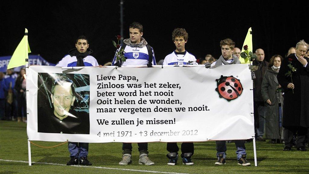 Leden van de club SC Buitenboys met het lieveheersbeestje bij de stille tocht voor de overleden grensrechter Richard Nieuwenhuizen.