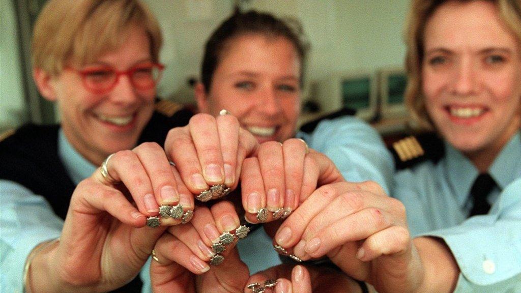 In 1998 droegen agenten een lieveheersbeestjes-speldje na de dood van Meindert Tjoelker.