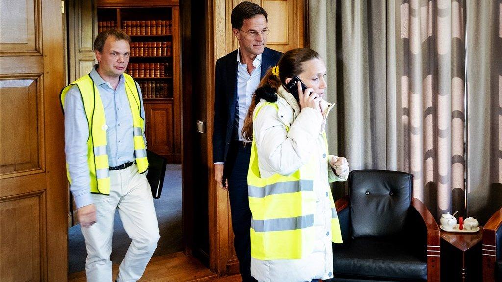 Een van de vertegenwoordigers kwam bellend het Torentje binnenlopen en keek Rutte niet eens aan.