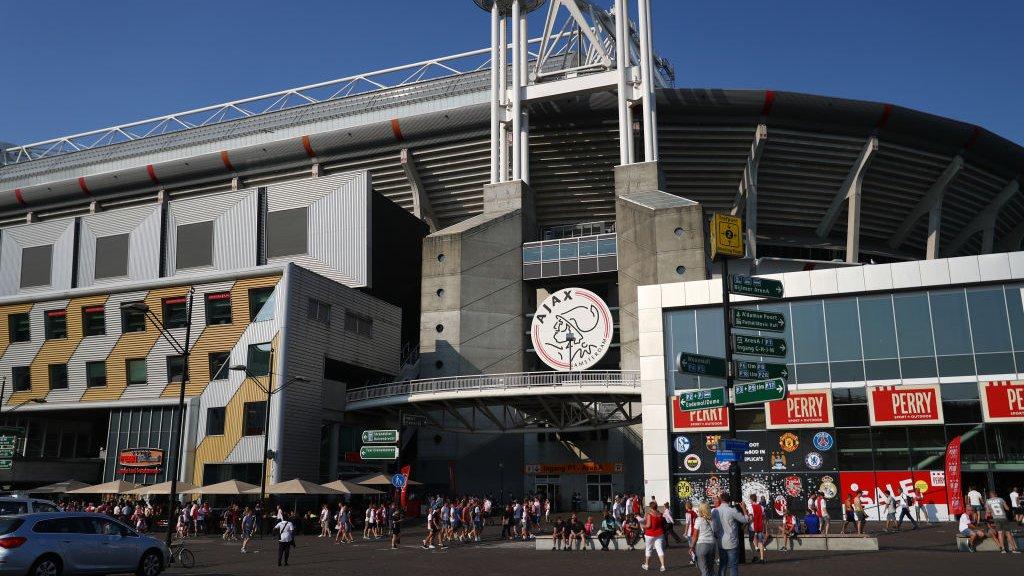 Bij de winkel van Perry Sport in de Johan Cruijff Arena zijn alleen nog wat trainingsshirts van Ajax te krijgen.