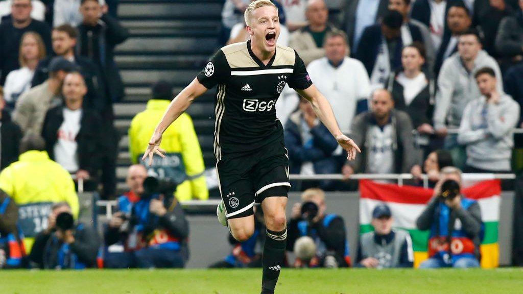 Donny van der Beek in het uitshirt van Ajax net nadat hij scoorde tegen Tottenham Hotspur.