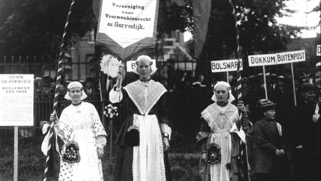 De Vereeniging voor Vrouwenkiesrecht tijdens een demonstratie in 1920.