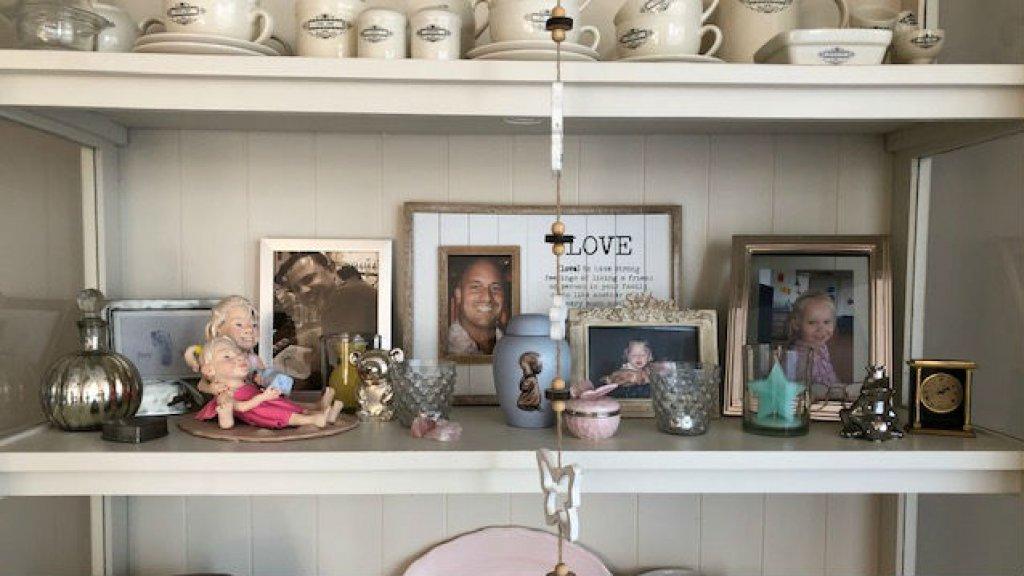 Alle dierbaren die Jacqueline is verloren, herdenkt ze in haar woonkamer.