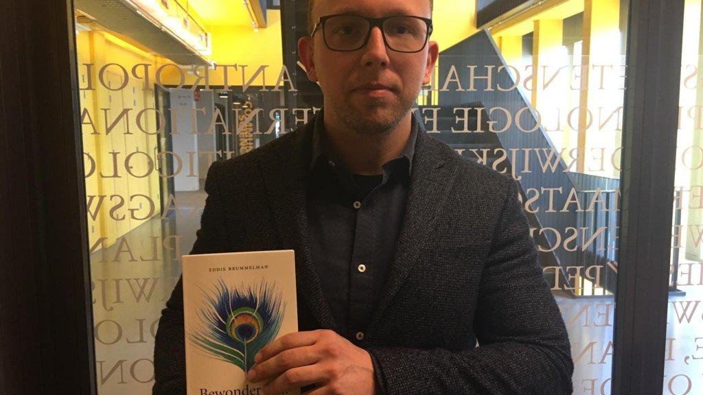 Brummelman met zijn boek 'Bewonder mij'