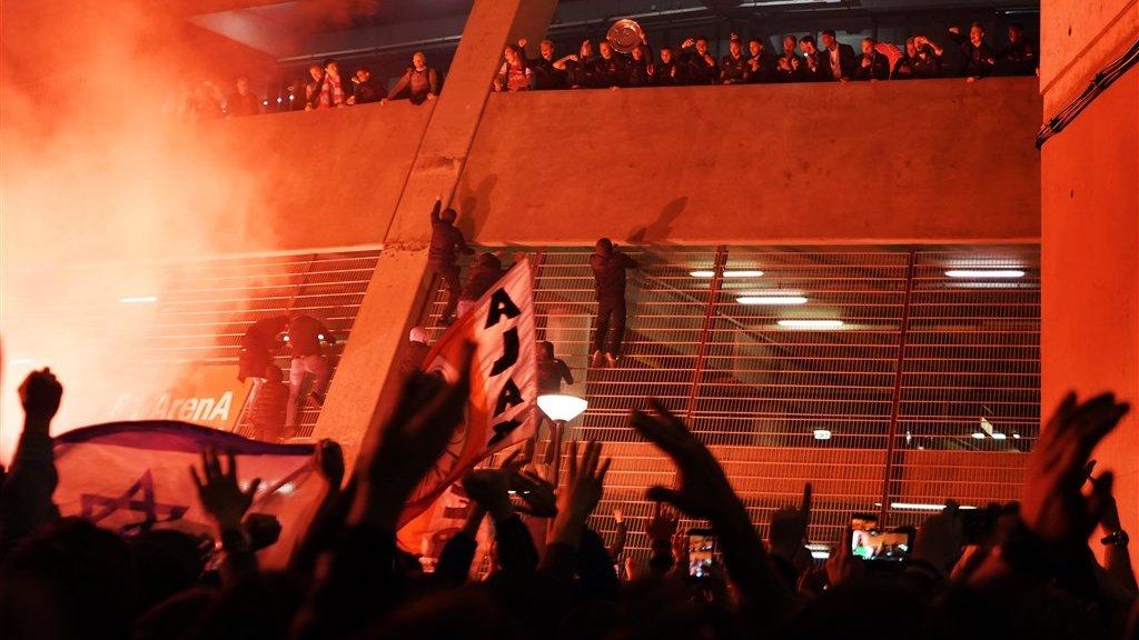 Spelers van Ajax begroeten fans vanuit de ArenA, na afloop van de wedstrijd tegen De Graafschap.