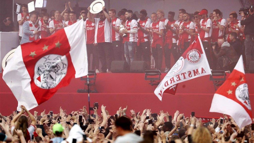 De vader van Abdelhak Nouri met de 34ste kampioensschaal van Ajax.