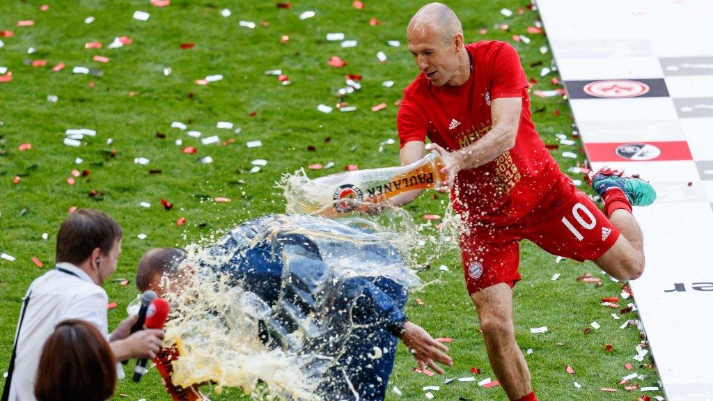 Na het laatste fluitsignaal trakteerde Robben zijn trainer Niko Kovac op een bierdouche.