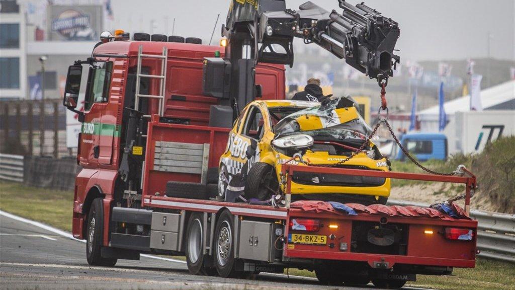 De auto waarmee Romy Monteiro crashte wordt weggetakeld.