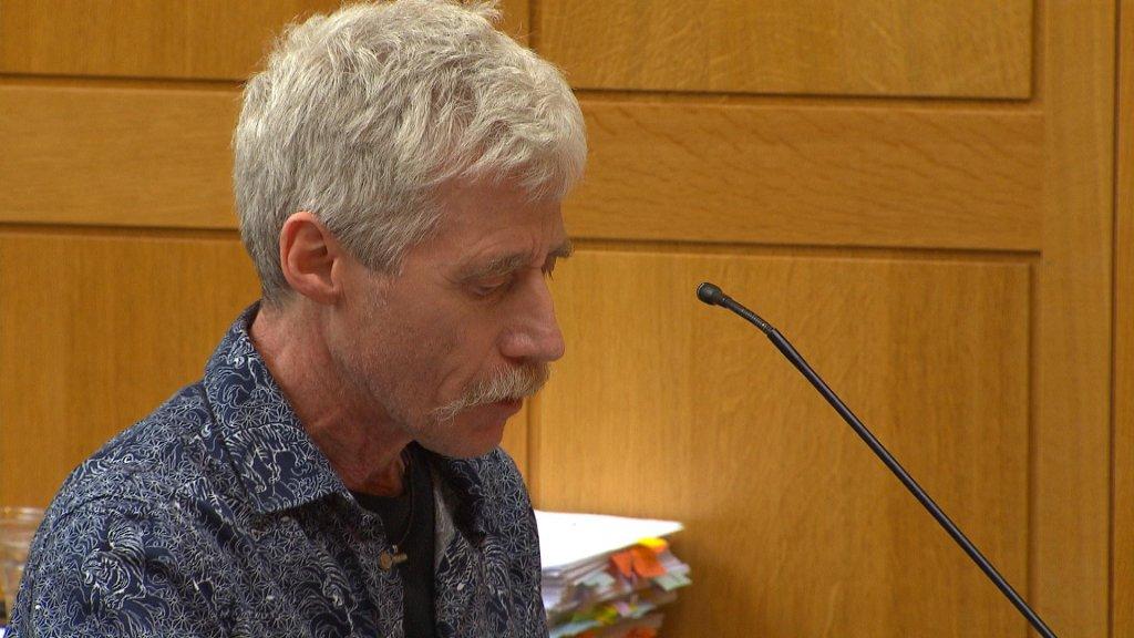 De vader van Janneke tijdens een eerdere zitting over de dood van zijn dochter.