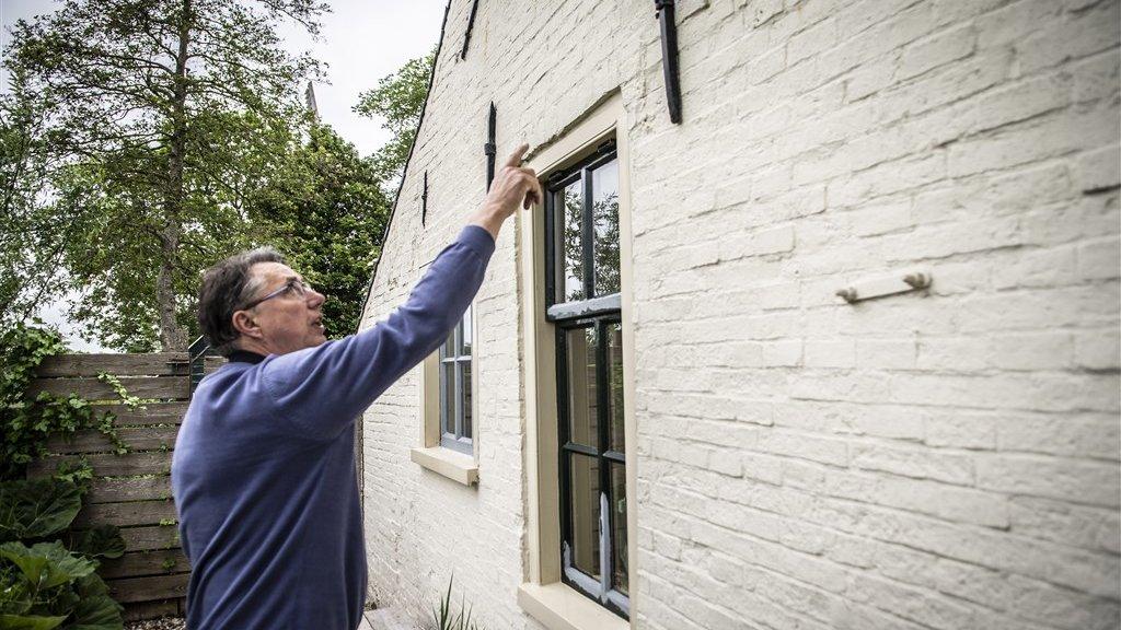 Gerhard Visker heeft schade aan zijn huis in Westerwijtwerd.