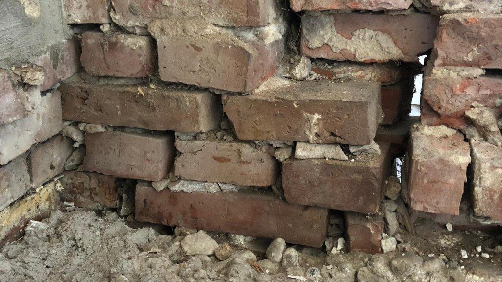 Schade aan het huis van Jacobien na een eerdere beving.