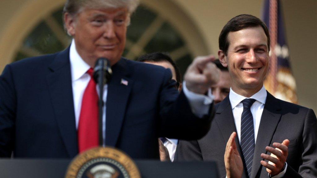Jared Kushner (r), schoonzoon en adviseur van Donald Trump, komt dit jaar ook.