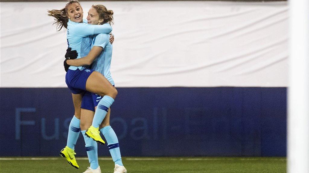 Vivianne Miedema en Lieke Martens vieren de treffer van Miedema tegen Zwitserland.