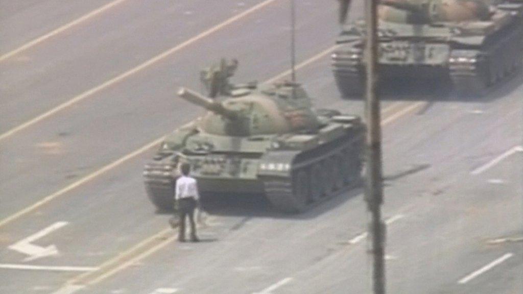 De iconische foto van de studentenprotesten op het Tiananmenplein. Een onbekende man, later 'tankman' genoemd, houdt in de nasleep van het protest een tank tegen.