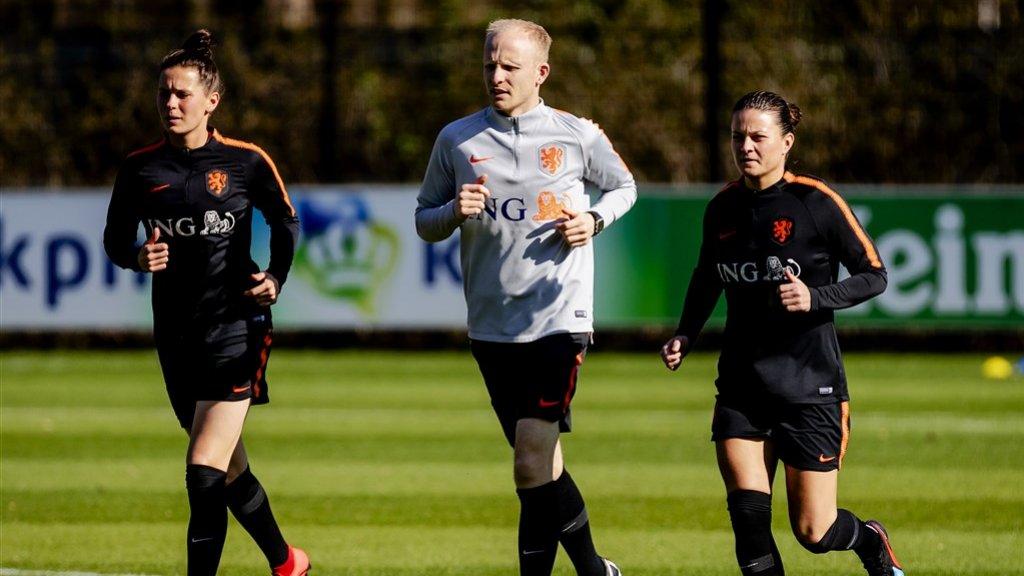 Merel van Dongen (links) en Sherida Spitse tijdens een training voor de oefenduels tegen Mexico en Chili.