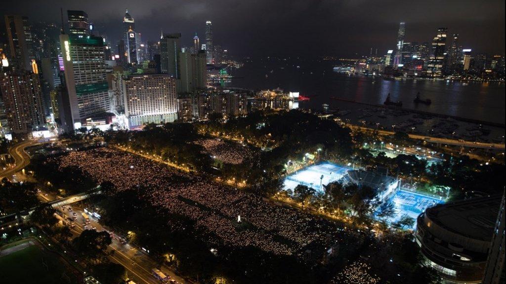 Victoria Park in Hong Kong was een zee van kaarslicht.