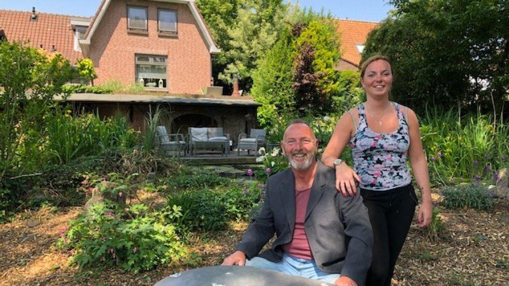 Hank en zijn dochter Kyra in zijn tuin.