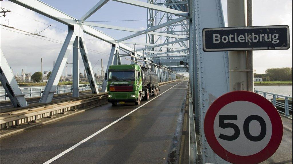 De oude Botlekbrug in 2010.