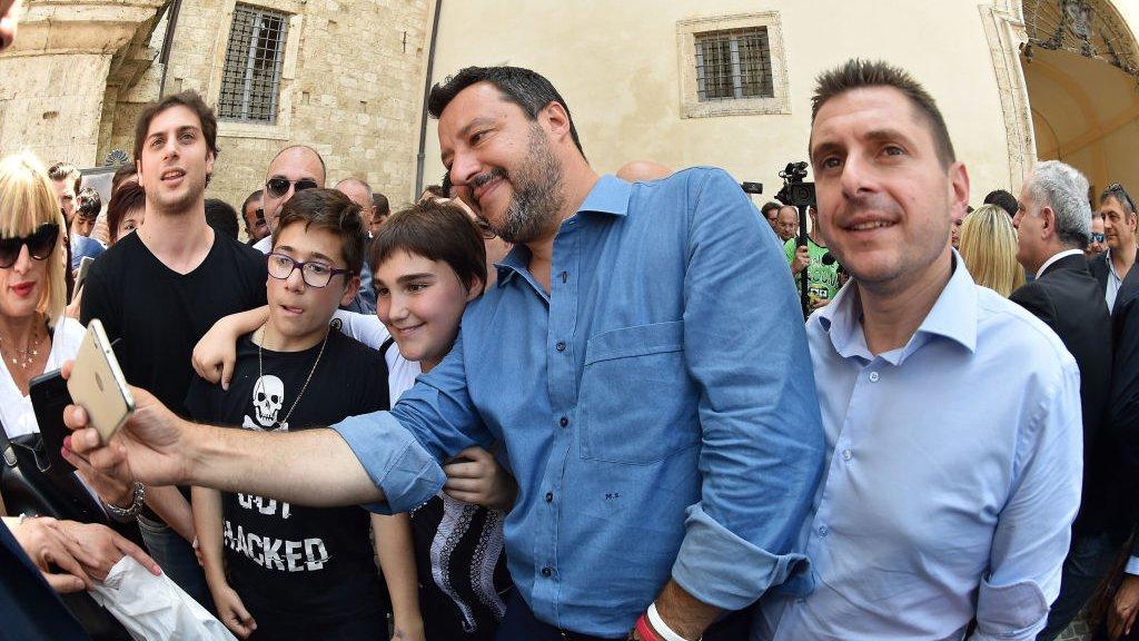 Matteo Salvini maakt een selfie met jonge aanhangers.