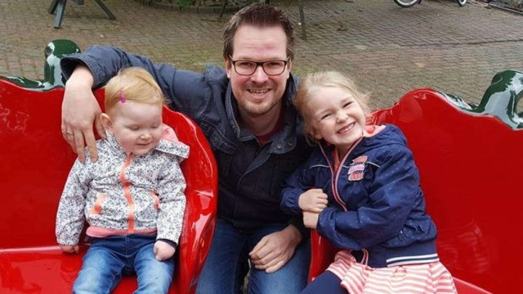 Chiel met twee van zijn vier kinderen.
