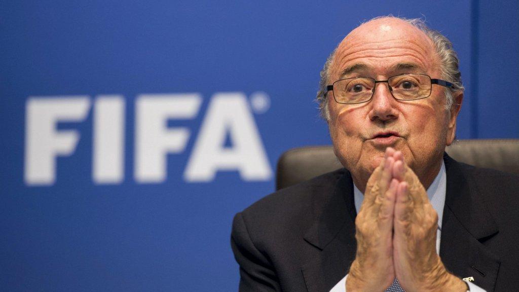 FIFA-baas Sepp Blatter zegt op een persconferentie dat het WK verschuift naar de winter.
