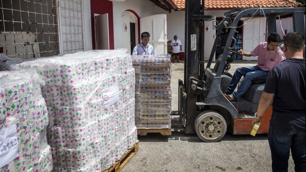 In Curacao worden hulpgoederen afgeleverd voor Sint-Maarten.