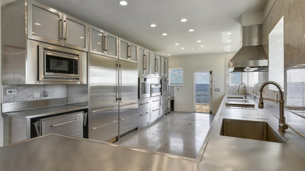 Het huis heeft vier slaapkamers, twee badkamers en een ruime open keuken.