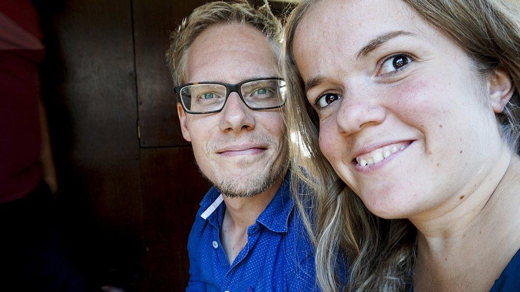 Esther met haar vriend Tim, die ook een groeistoornis heeft.
