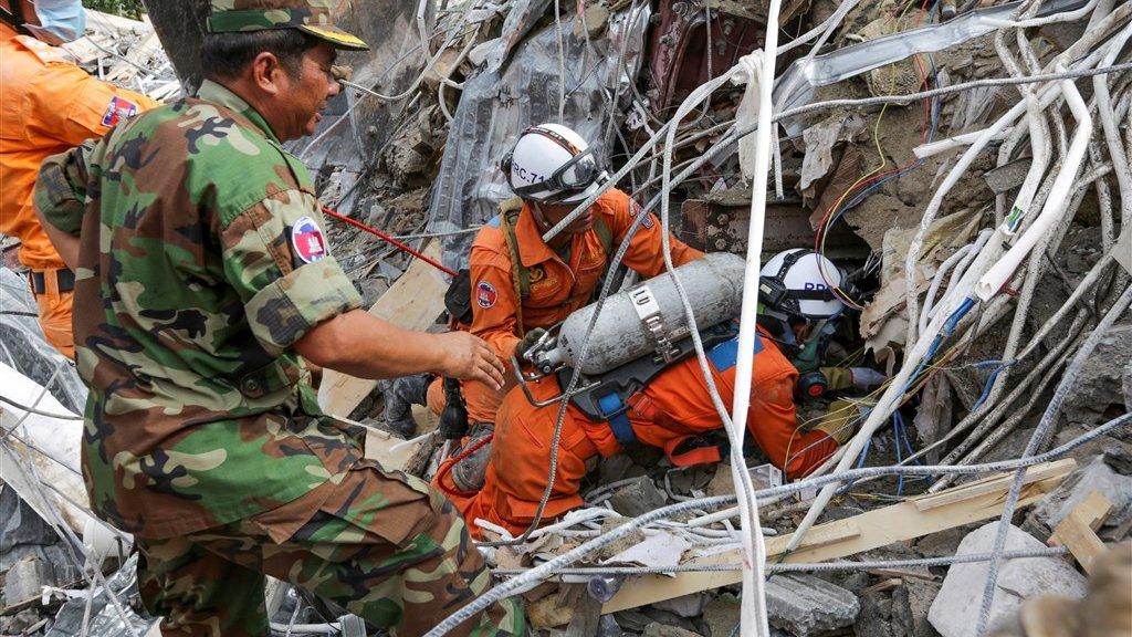 Reddingswerkers zoeken naar slachtoffers in het puin.